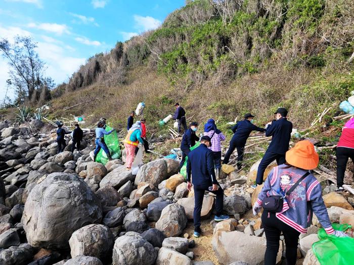 109年秋季淨灘活動,烈嶼鄉於青岐海灘舉行淨灘。 (烈嶼鄉公所提供)