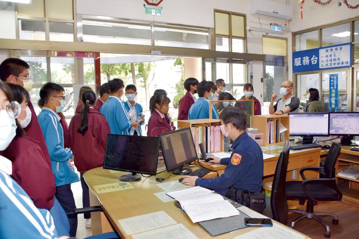 縣府社會處辦理「青年職涯探索活動」,金城國中近三十位同學前往金城分局體驗及參訪警察職場。(莊煥寧攝)