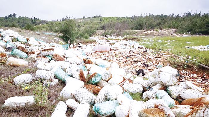 大海面上許多垃圾與「保麗龍」隨著海流和風向漂向金門海岸,不僅破壞金門海岸環境整潔及景觀,更影響民眾生活品質。 (環保局提供)