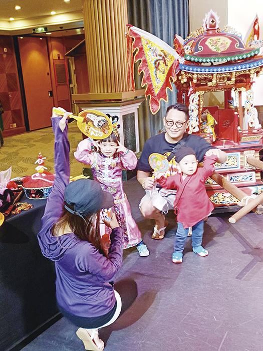 金門傳統輦轎陣頭在星夢郵輪成功吸睛,不論大人小孩都感到新奇。(縣府觀光處提供)