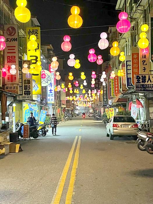 「金湖燈光節」點亮新市里商圈,吸引人潮。(陳冠霖攝)