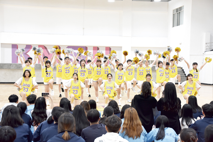金門高中舉辦啦啦隊比賽,各班學生穿上具特色的隊服,以創意編排舞蹈,賦予隊形變化,在競賽場上揮灑青春。(詹宗翰攝)