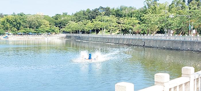 養工所在莒光湖加裝水車,促進湖內水體流動及含氧量。(養工所提供)