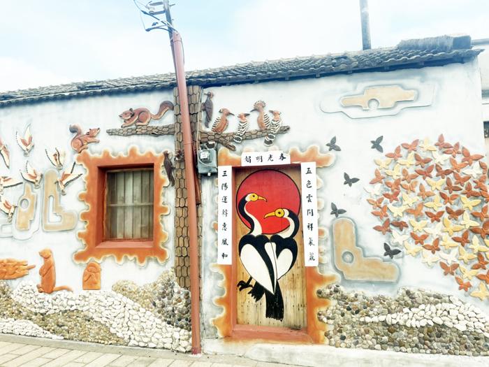聚落空屋成為藝術美景,在疫情期間,民眾只要多點注意關心,更了解在地的社區故事。(高凡淳攝)