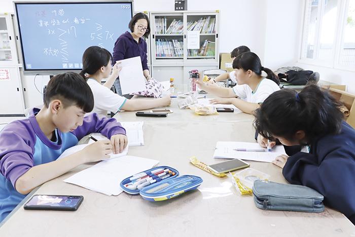 烈嶼國中積極推動課程教學創新,促進學生多元試探與學力提昇。圖為疫情前教學相片。(教育處提供)