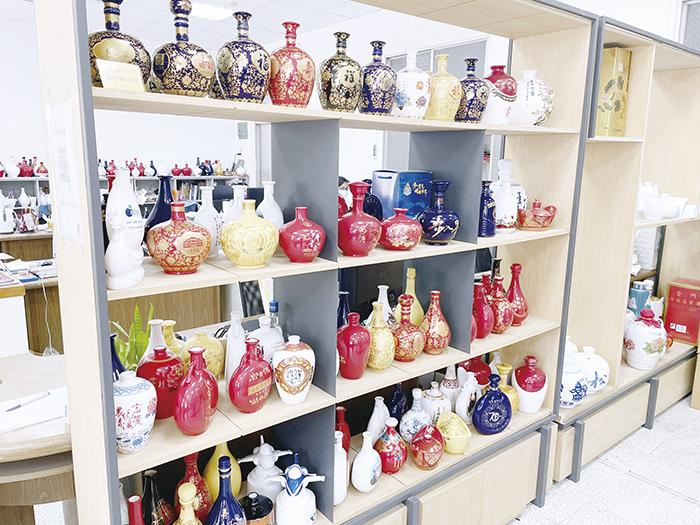 陶瓷廠廠長何桂泉介紹多達200種客製化主題酒款式選擇。(陳冠霖攝)