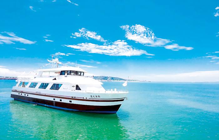 新冠肺炎疫情為國旅帶來更多轉變,金門縣政府為輔導業者開發旅遊產品,去年因應疫情而推出的「藍色公路」海上遊程廣受好評。(縣府觀光處提供)