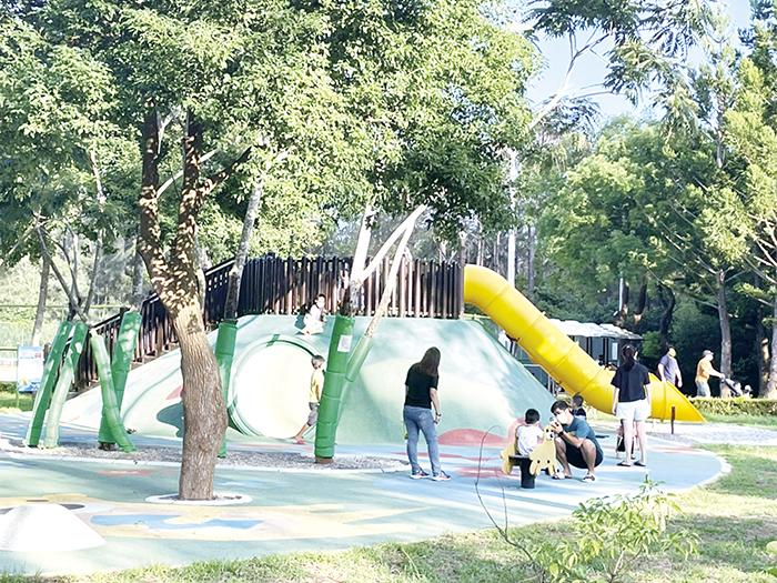隨著疫情降至二級,中山林兒童遊憩設施出現許久沒聽見的孩童歡笑聲。(高凡淳攝)
