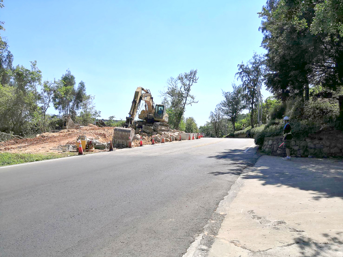 黃海路監理站路段道路拓寬工程正在進行中,湖警提醒用路人經過慢行。(金湖分局提供)