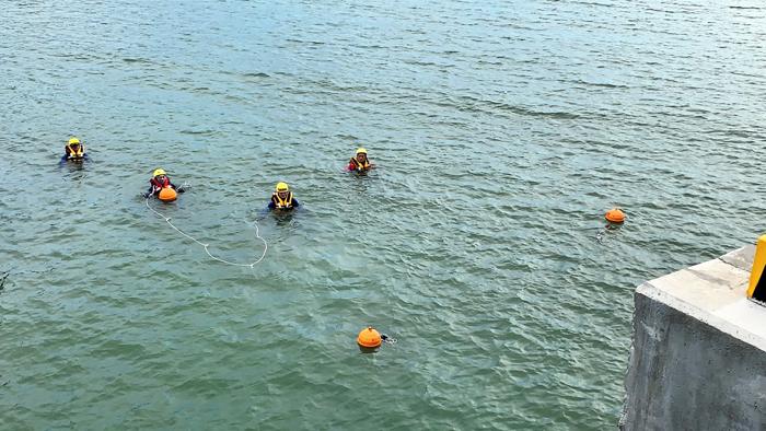 金湖消防分隊辦理「水域搜索救助訓練-浮球定標練習」。(湖消提供)
