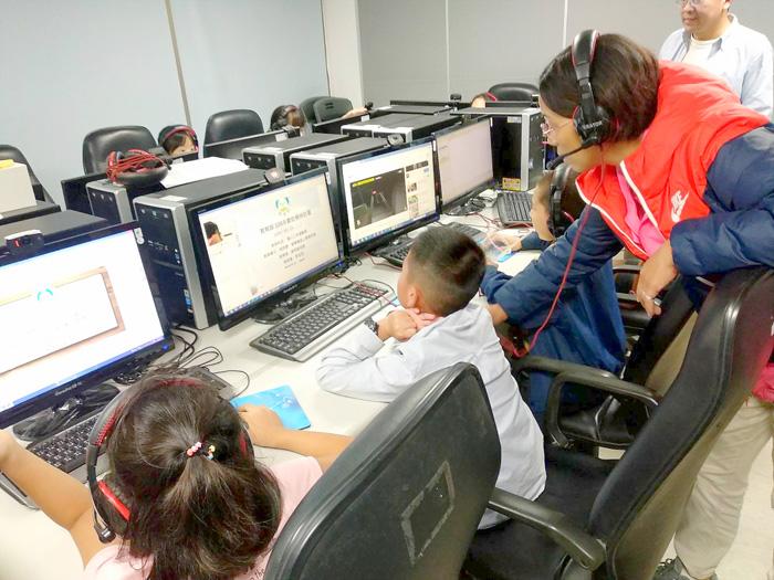 推動數位學伴計畫,林麗差(右)獲得傑出帶班老師。(資料照片/金門縣新移民關懷協會提供)