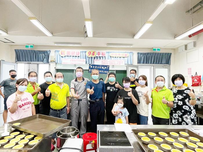 金門縣電信事業產業工會舉辦「烘出健康、94幸福」烘焙秀活動,多位成員攜眷參加,讓現場氣氛溫馨不少。(高凡淳攝)