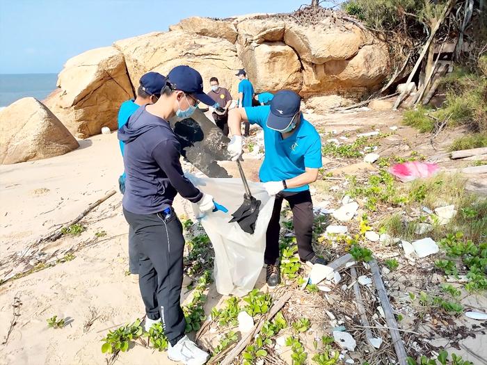 塔山發電廠舉辦「110年金城鎮將軍泉海灘淨灘活動」,參與人員撿拾海灘垃圾。(塔山電廠提供)