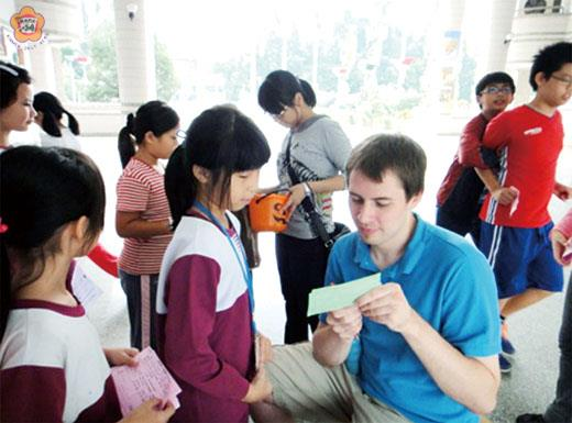 Ryan DeVries, a Fulbright ETA, teaches students in Kaohsiung.