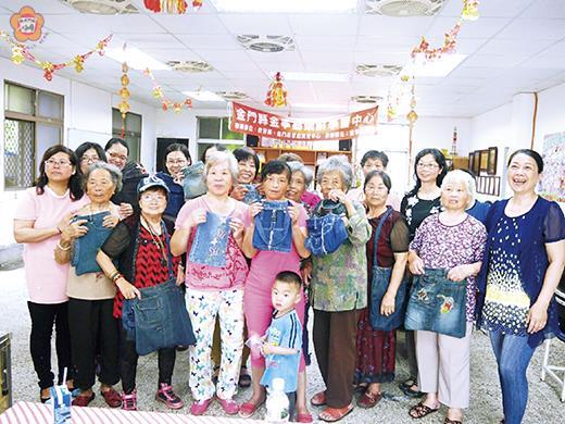 慶祝母親節,盤山社區舉辦一場拼布包DIY課程,媽媽們DIY聯繫親情的個人創意袋。(許加泰攝)