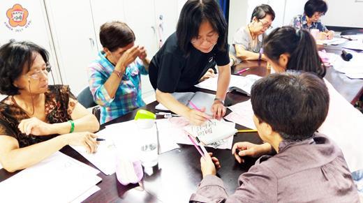 金城樂齡中心禪繞畫課程,講師細心指導學員創作。(許峻魁攝)