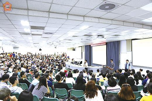 金大在台灣北、中、南各舉行新生入學說明會,家長暨學生出席踴躍,人潮擠滿會場。(金大提供)