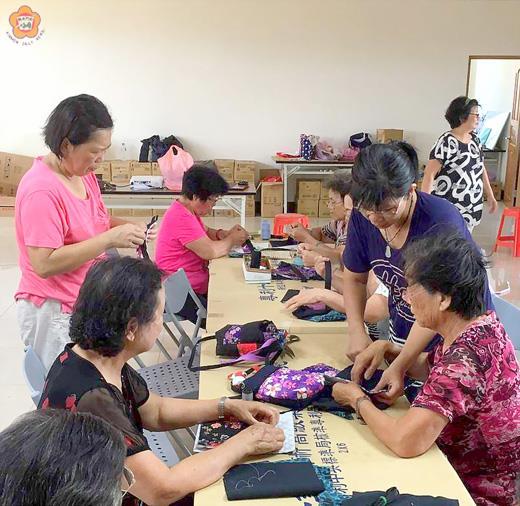 金寧鄉樂齡學習中心在古寧頭社區發展協會辦理生活拼布DIY-手提包活動,深受樂齡老人家歡迎與喜愛。(李金鎗攝)