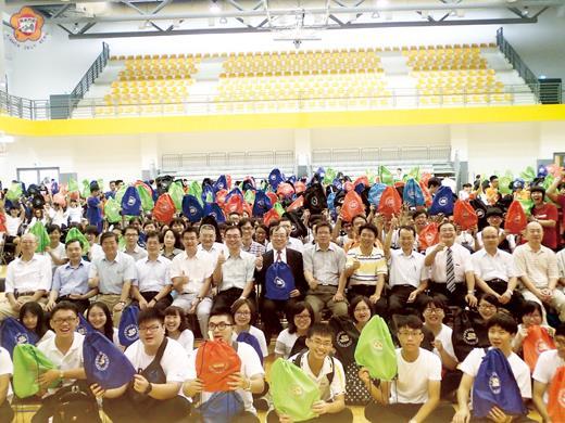 金門大學昨日舉行新生訓練,金大校長黃奇暨校內主管與新生大合照。(許加泰攝)