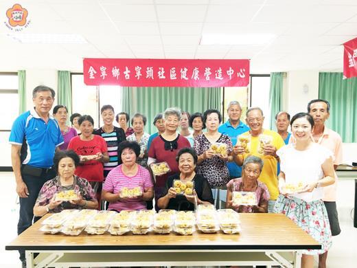 金寧鄉樂齡學習中心與古寧頭社區共同辦理傳統糕餅─金瓜粿製作研習。(李金鎗攝)