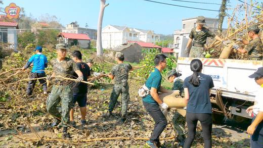 金門大學學生志工前往燕南山下的古區、官路邊協助環境清理工作。(金門大學提供)