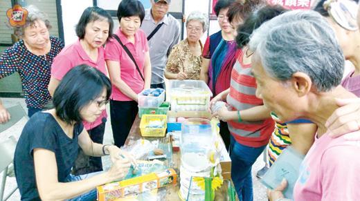 樂齡中心黏土課程,婆婆媽媽學習捏土藝術。(許峻魁攝)