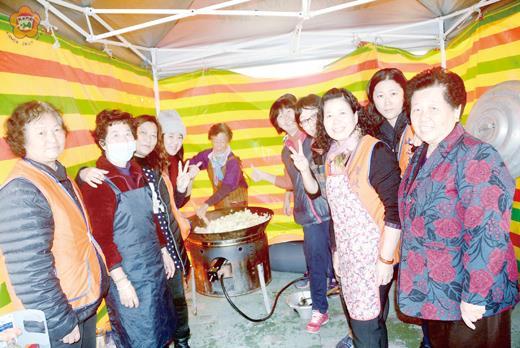 青岐社區發展協會推動「老人共餐」服務,志工媽媽們在社區活動中心外圍搭建帳棚,為長者烹煮佳餚,樂在服務。(許加泰攝)
