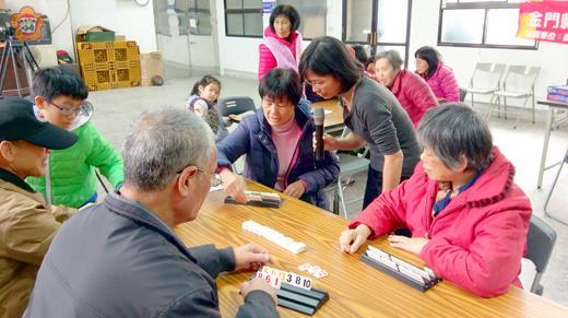 西門社區開辦桌遊課程,吸引許多社區樂齡人士帶著孫子們共同參加學習。(許峻魁攝)