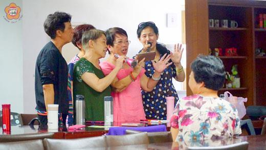 樂齡K歌APP教學,參加學員們拿起麥克風歡唱不停歇。 (許峻魁攝)