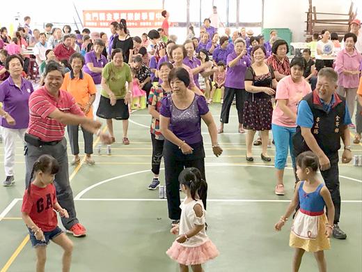 金寧鄉樂齡學習中心106年祖父母節活動,鄉長陳成勇、鄉代表與長者、小朋友同樂。(許加泰攝)
