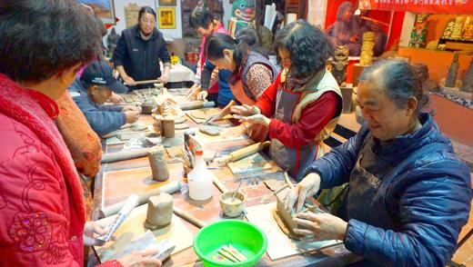 金城樂齡中心辦理陶土課程,邀請學員享受捏陶趣。(許峻魁攝)