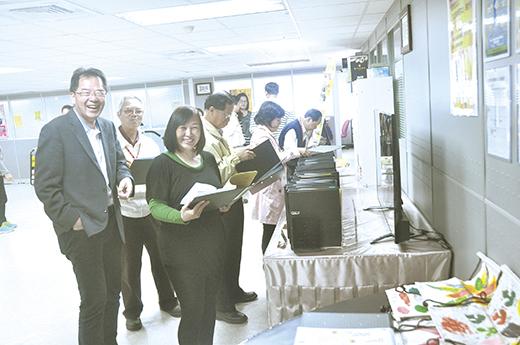 訪視輔導小組前往金城鎮樂齡學習中心進行訪視評鑑,並和學員合影。(李金鎗攝)
