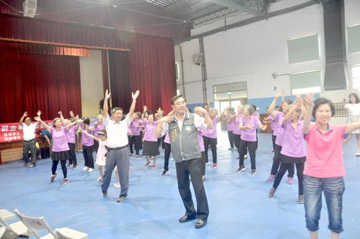 金寧鄉樂齡學習中心舉辦「祖父母節-世代祖孫情、幸福向前行」活動,社區長輩唱跳表演。(李金鎗攝)