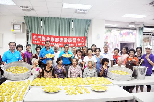 金寧鄉樂齡學習中心在古寧村執行點辦理古早味菜包粿製作活動。(李金鎗攝)