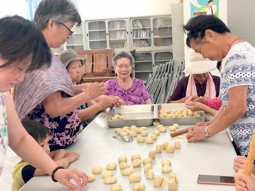 金寧鄉樂齡學習中心假昔果山社區辦理「好食在系列-蛋黃酥製作」活動。(李金鎗攝)