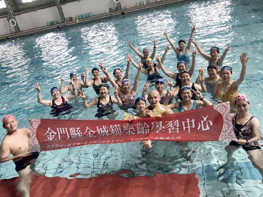 金城樂齡開設水中運動,指導樂齡者學習如何在水中強身健體。(金城樂齡提供)