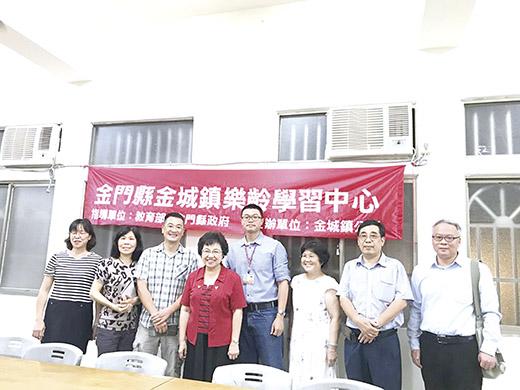 監委江綺雯(左四)前往古崗社區了解樂齡開辦狀況。(古崗社區提供)