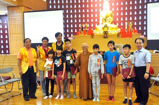 2019年佛光山金蓮淨苑佛光兒童夏令營,昨日上午舉行開營典禮,並頒獎「三好兒童書法比賽」得獎學生。(李增汪攝)