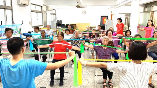 金寧鄉衛生所於安岐社區開辦「動動健康班」,今年續於該鄉六個村里開辦,帶動全體社區健康氛圍。(李金鎗攝)