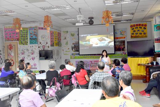 金寧鄉樂齡學習中心辦理「三代家庭幸福學」課程講座,邀請陳雪珠教授來金開講。 (李金鎗攝)