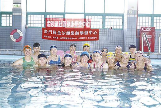 教練張明惠指導學員學會游泳,告別旱鴨子。(金沙鎮社區健康營造中心提供)