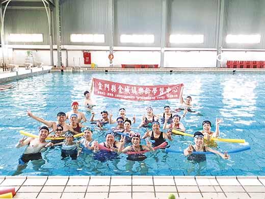 金城樂齡開設水中運動,學習如何在水中強身健體。(金城樂齡提供)