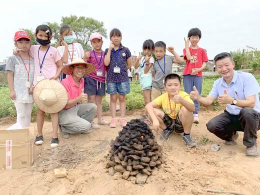 「博物館教育的延伸-小小農夫教育體驗」日昨登場,30位學生體驗農村焢土窯的樂趣,品嚐努力過後的甜美果實。(陳麗妤攝)