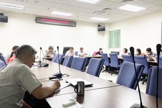 金門縣環保局召開「109年度金門縣環境教育審議會議」,由局長楊建立主持,來自不同領域之專家學者以多元專業的視野提供卓見。(環保局提供)