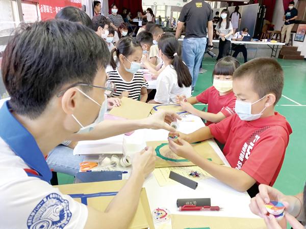 科技部科普計劃~創意科學FUN一夏科學營,今年第四年來到西口國小:學生興趣盎然參與科學營。(許加泰攝)