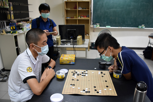 圍棋有著思考布局、使人專注的好處,萬芳高中圍棋隊來金推廣,希望能讓更多人愛上圍棋。(詹宗翰攝)